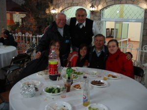 Los Padres Raniero y Luis con el Doctor Nacho y unos Familiares.