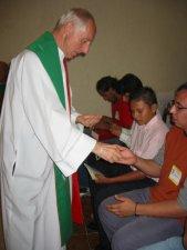 ... y junto al Padre Carlos, las repartieron a todos los presentes.