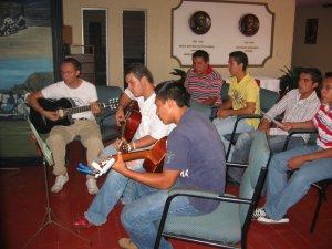 El Seminarista Gonzalo, junto a unos JSF, animaron con los Cantos.