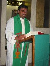"""El Padre Ernesto proclamó el Evangelio: """"Ama a los demás como a ti mismo""""."""