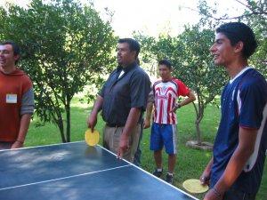 El Padre Ernesto, presumiendo su habilidad en el ping pong.