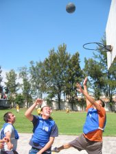 Mientras unos más se echaron unas cascaritas de basquetbol.