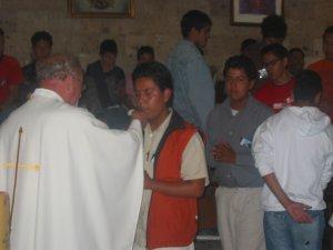 Nos acercamos a recibir a Cristo en la Eucaristía.