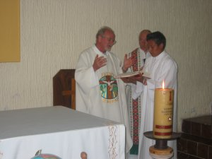 Presidió la Santa Misa el Padre Román junto al Padre Carlos.
