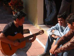 Fernando haciendo lo mismo con su guitarra.