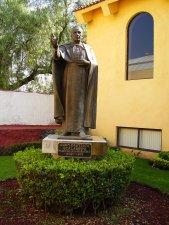 Bajo la bendiciente estatua el Padre de los Migrantes Beato Juan Bautista Scalabrini