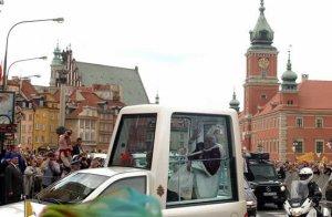 Poco después del mediodía, Benedicto XVI abordó un coche que lo trasladó hasta la catedral de San Juan por las calles de Varsovia