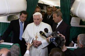 Benedicto XVI dedicó las primeras palabras de su visita a las víctimas del campo de concentración nazi de Auschwitz, en una breve declaración a la prensa en el pasillo del avión Airbus 312 de Alitalia.