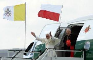 El avión del Papa aterrizó a las 09:00 horas GMT en el aeropuerto de Varsovia después de un recorrido de dos horas con 20 minutos sobre Italia, Croacia, Eslovenia, Austria y Eslovaquia.