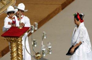 Rafael de Jesús Barroso Santiago, su padre Enrique Barroso Ordaz y su madre Valentina Santiago Hernández vestidos con trajes típicos mexicanos acudieron a la ceremonia de canonización de Rafael Guízar y Valencia.
