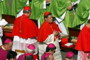 Cardenales se congregaron en la Plaza de San Pedro entre los que se encontraba el mexicano Norberto Rivera para la misa de canonización de cuatro nuevos santos.