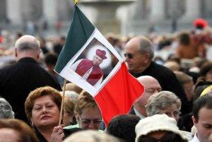 Una mujer ondea una bandera mexicana con la imagen del obispo Rafael Guízar y Valencia, proclamado Santo en la Plaza de San Pedro.
