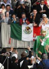 El papa Benedicto XVI saluda a un grupo de mexicanos reunidos en la Plaza de San Pedro, donde se llevó a cabo la canonización del mexicano Rafael Guízar y Valencia .