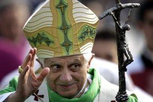 El papa Benedicto XVI durante su llegada a la ceremonia de canonización.