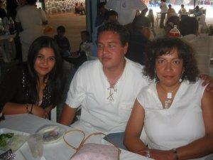 Ana, Maestra de Psicología del Seminario San Carlos de Guadalajara, con Efrén y una amiga.