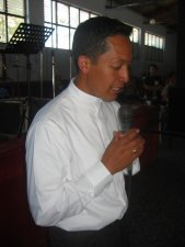 Padre Alejandro bendice los alimentos.