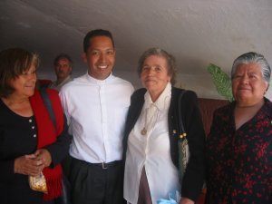 El Padre Alejandro con la Madre  del Padre y Misionero en Brasil Padre Juan Antonio de Estipac, Jal. junto a unas amigas.