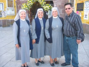 El Padre Chan con unas Hermanas Hijas del Buen Pastor.