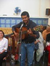 Rodrigo, cantautor scalabriniano, interpretó para el Padre Alejandro la canción...