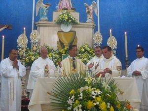 El Padre Alejandro cantó el Prefacio.