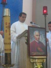 """El Padre Lino proclamó el Evangelio: """"Sean misericordiosos, como su Padre es Misericordioso"""" (del Evangelio de Lucas)."""