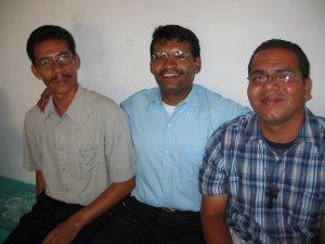 Padre Enrique entre dos futuros Misioneros.