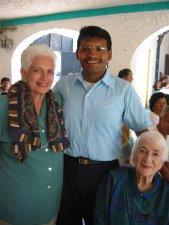 Padre Enrique copn la mamá y la abuelita del Padre José Juan, Misionero en Argentina.