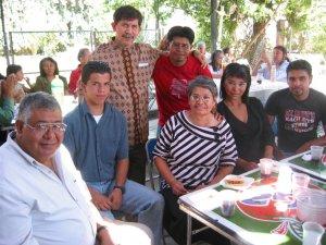 El Padre Carmelo y el Seminarista Marcelo con los Familiares de Ismael, Religios Estudiante de Teología en Filipinas.