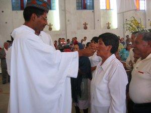 El Padre Enrique da la Eucaristía a su Madre, la Señora  Bertha...