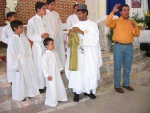 La gorra, que lleva el Padre Enrique, es el signo de la autoridad para los Indonesianos.