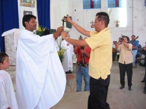 ... llevó el  crucifijo misionero.