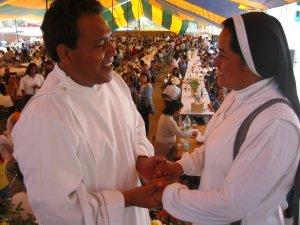 Una Religiosa felicita al Padre Fausto.