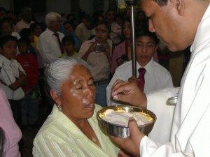 El Padre Fausto dio la Comunión a su Madre ...