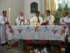 Siguió la Santa Misa en un clima de mucha fe... y con mucho incienso.