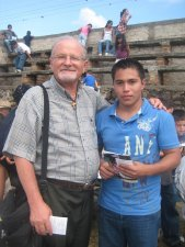 El Padre Román con un JSF (Joven Sin Fronteras).