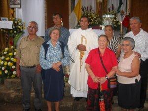 El Padre Héctor con Papás de Misioneros de San Carlos, esparcidos por el mundo.