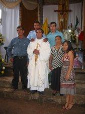 Después de la Santa Misa, todo mundo quiso acercarse al Padre Héctor para felicitarlo y para sacarse una Foto-Recuerdo.Aquí el nuevo Sacerdote con su Familia. Falta un hermano y una hermana, que radica en los Estados Unidos.