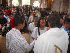 Después de la Misión del Padre Carlos y Seminaristas en la Comunidad de Santa teresa, todo mundo se acercó a comulgar.