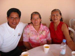 En el centro la Madre del Religioso estudiante de Teología Carlos Arturo del Potrero Nuevo, Ver.