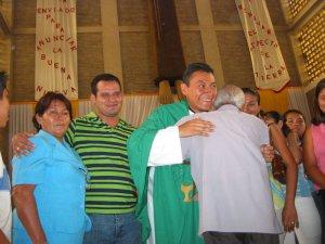 Terminada la Santa Misa siguieron los saludos y los apapachos al nuevo sacerdote.