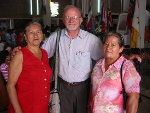 El Padre Román con la Madre del Religioso Scalabriniano Carlos Arturo y una amiga del Potrero Nuevo, Ver.