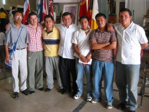 El Padre Fernando con unos JSF, que se están preparando para el Preseminario.