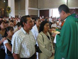 El Padre Humberto da la comunión a su Madre.