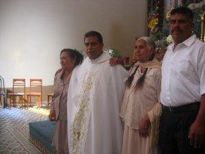 Padre Lino con unos Familiares.