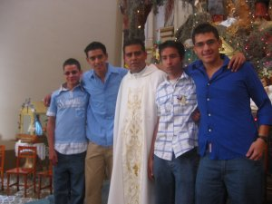 Padre Lino con unos JSF (Jóvenes Sin Fronteras).