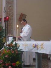 El Padre Miguel, en su motivante homilía,...