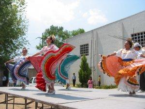 .. nos presentó unos bailables regionales de México.