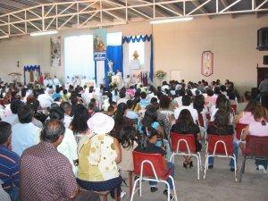 El Templo de María Puerta del Cielo estaba lleno de fieles atentos y felices por el momento de gracia que estaban presenciando.