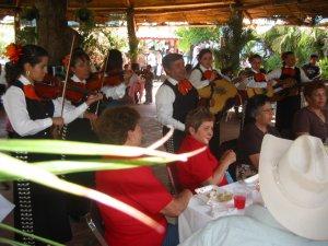 Un Mariachi amenizó el ambiente del Convivio en el l Parque Metropolinao, interpretando las mejores canciones populares mexicanas.