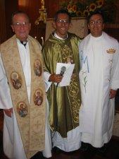 El Padre Mauro agradece al Padre Gino, su Padre Espiritual, y al Padre Jesús, su Rector en Chicago, USA.